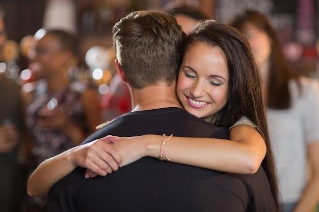 Szczęśliwa kobieta przytulanie swojego chłopaka