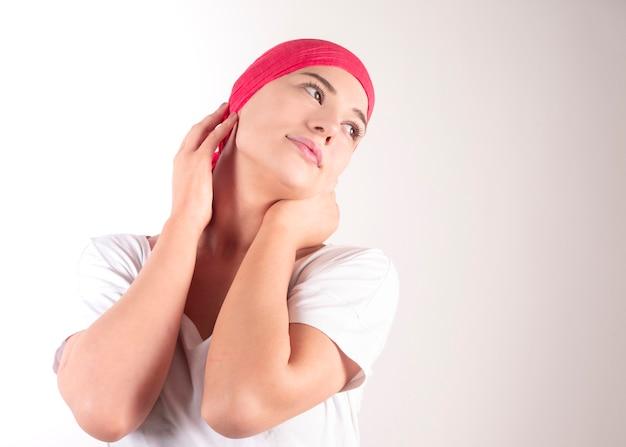 Szczęśliwa kobieta raka z różowym szalikiem