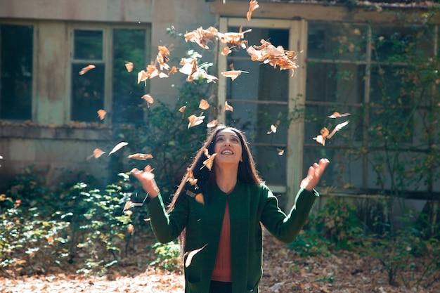 Szczęśliwa kobieta ręka jesień liście w przyrodzie