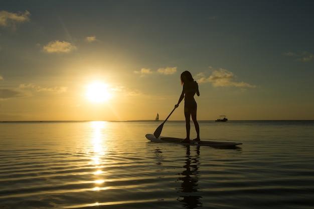 Szczęśliwa kobieta relaksuje na plaży