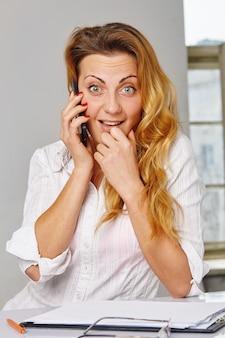 Szczęśliwa kobieta rozmawia telefon. zaskoczony uśmiech na twarzy