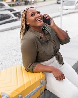 Szczęśliwa kobieta rozmawia z przyjacielem przez telefon