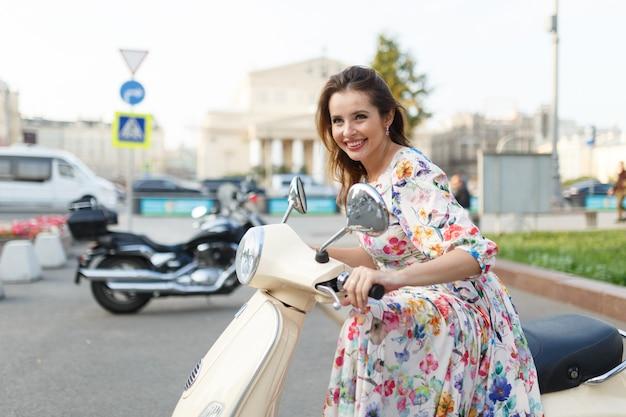 Szczęśliwa kobieta siedzi na motocyklu