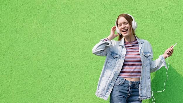 Szczęśliwa kobieta słucha muzyka