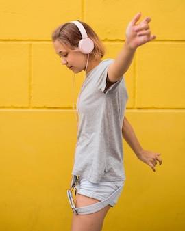 Szczęśliwa kobieta, słuchanie muzyki