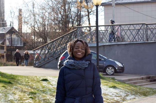 Szczęśliwa kobieta spaceruje zimą wzdłuż nabrzeża