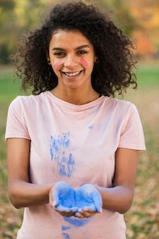 Szczęśliwa kobieta świętuje holi z kolorem