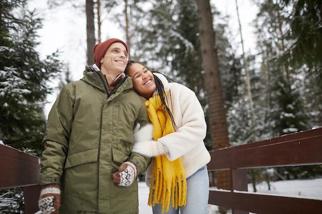 Szczęśliwa kobieta szczęśliwa ze swoim spacerem z chłopakiem spacerują po parku z przyrodą