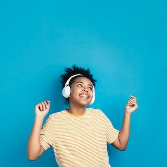 Szczęśliwa kobieta tańczy ze słuchawkami