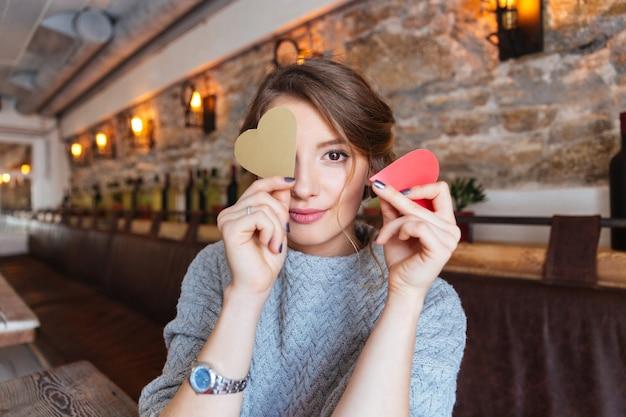 Szczęśliwa kobieta trzyma czerwone serce