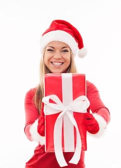 Szczęśliwa kobieta trzyma czerwony prezent