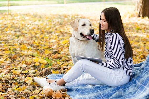 Szczęśliwa kobieta trzyma jej najlepszego przyjaciela