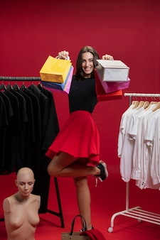 Szczęśliwa kobieta trzyma jej torba na zakupy up