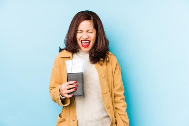 Szczęśliwa kobieta trzyma paszport