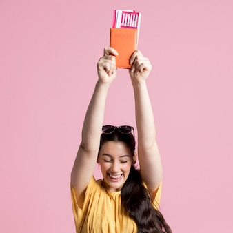 Szczęśliwa kobieta trzyma up jej paszport