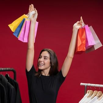 Szczęśliwa kobieta trzyma up jej torba na zakupy