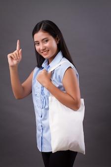 Szczęśliwa kobieta trzyma worek recyklingu