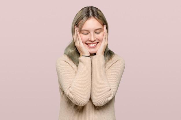 Szczęśliwa kobieta w beżowym swetrze