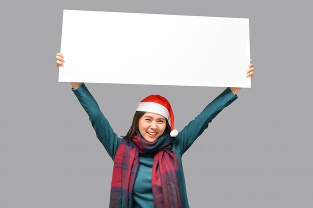 Szczęśliwa kobieta w boże narodzenie motyw tkaniny z santa hat prezentacji pusty transparent