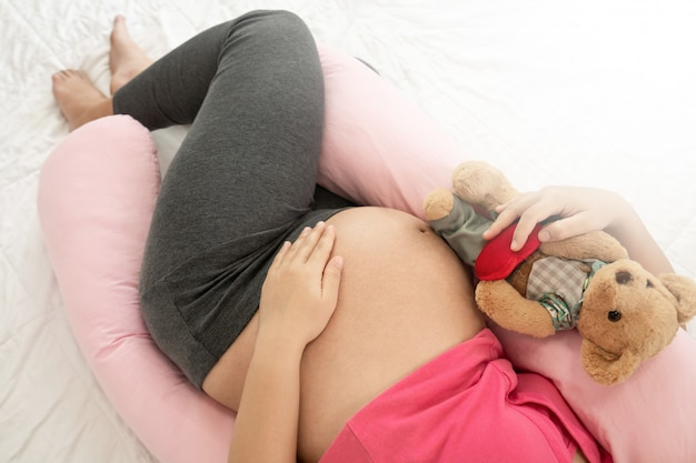 Szczęśliwa kobieta w ciąży i spodziewa się dziecka.