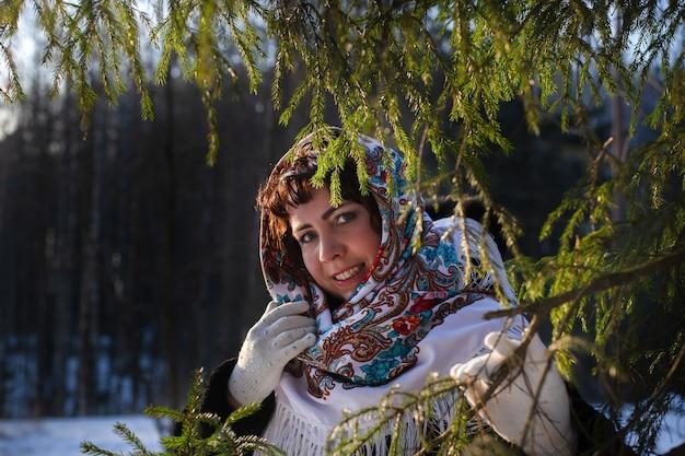 Szczęśliwa kobieta w ciele w przyrodzie zimą w pięknej chustce
