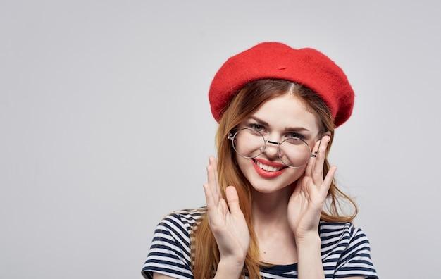 Szczęśliwa Kobieta W Czerwonym Berecie Iw Pasiastej Koszulce Z Makijażem Premium Zdjęcia