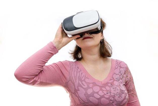 Szczęśliwa kobieta w okularach 3d na białym tle