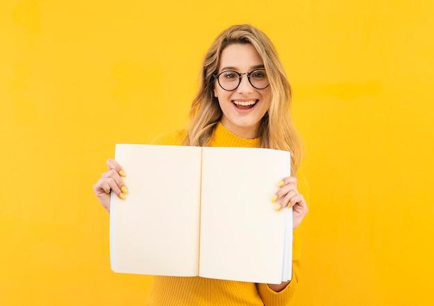 Szczęśliwa kobieta w okularach