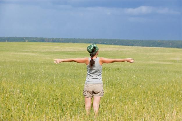 Szczęśliwa kobieta w polu