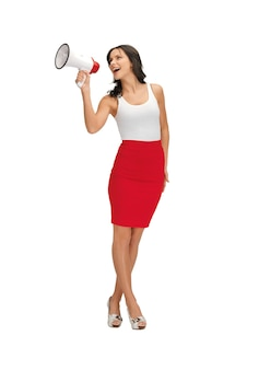 Szczęśliwa kobieta w pustej białej koszulce z megafonem