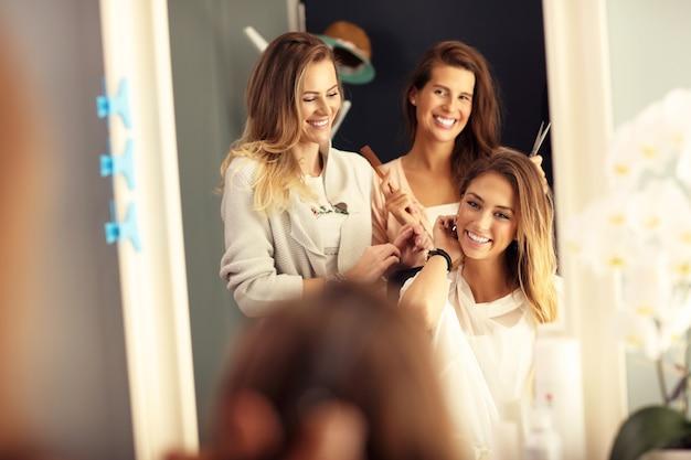 Szczęśliwa kobieta w salonie fryzjerskim