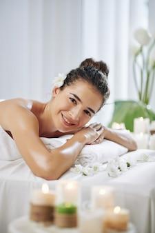 Szczęśliwa kobieta w salonie spa