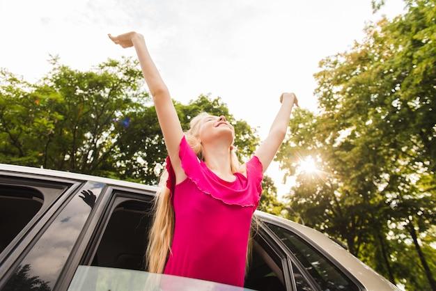 Szczęśliwa kobieta w samochodowym okno