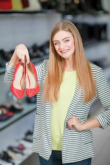 Szczęśliwa kobieta w sklepie obuwniczym