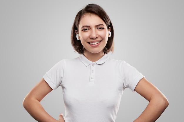 Szczęśliwa kobieta w słuchawkach tws