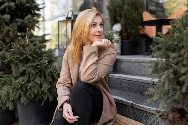 Szczęśliwa kobieta w średnim wieku relaks na świeżym powietrzu