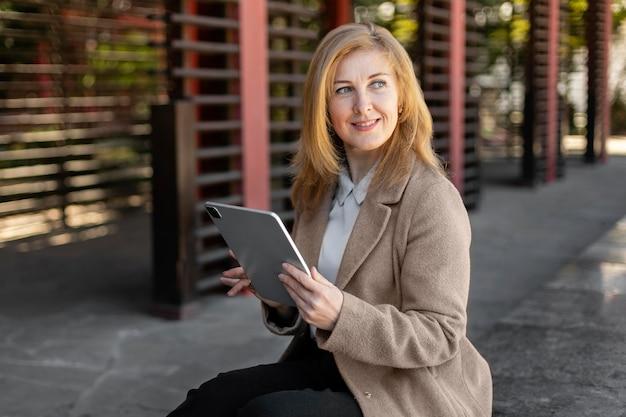 Szczęśliwa kobieta w średnim wieku relaks na zewnątrz