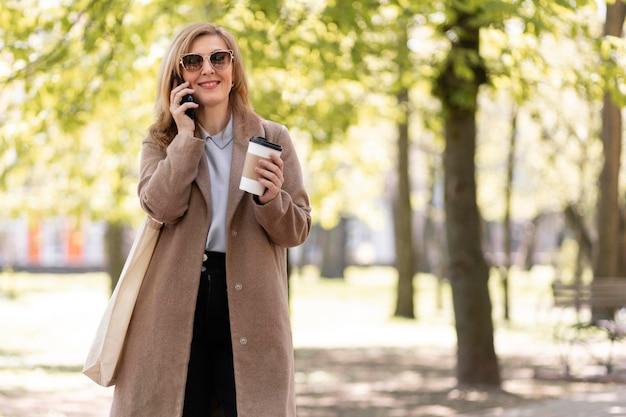 Szczęśliwa kobieta w średnim wieku spaceru