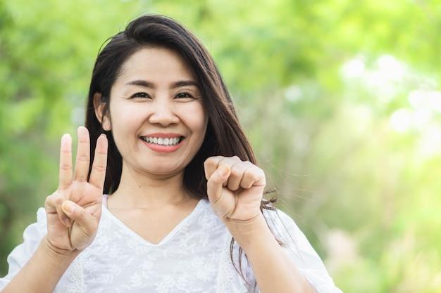 Szczęśliwa kobieta w wieku 30 lat