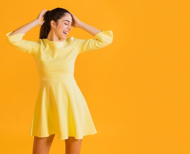Szczęśliwa kobieta w żółtej sukience