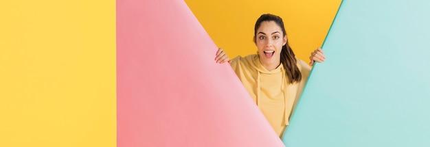 Szczęśliwa kobieta w żółtym swetrze