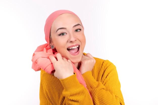 Szczęśliwa kobieta walczy z rakiem z otwartymi ustami