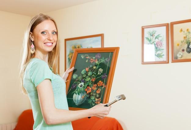 Szczęśliwa kobieta wisi na zdjęciach