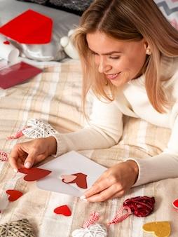 Szczęśliwa kobieta wprowadzenie serca na kopercie