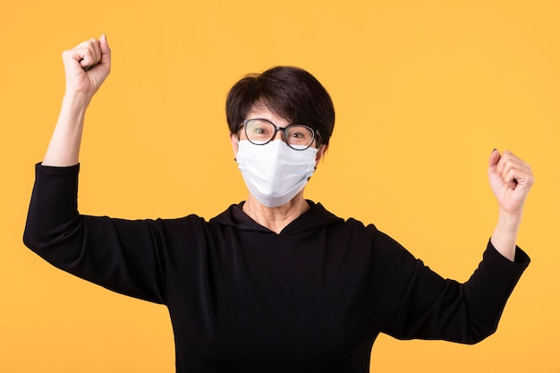 Szczęśliwa kobieta wygrywająca walkę z koronawirusem