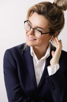 Szczęśliwa kobieta z bezprzewodową słuchawką w uchu