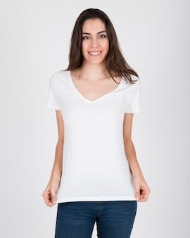 Szczęśliwa kobieta z białą koszulę