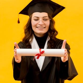 Szczęśliwa kobieta z certyfikatem