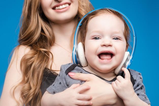 Szczęśliwa kobieta z chłopiec w hełmofonach.