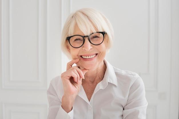 Szczęśliwa kobieta z eyeglasses środka strzałem
